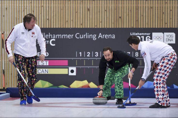 La plus sportive    La famille royale de Norvège était mobilisée ce vendredi 12 février à Lillehammer pour l'ouverture des Jeux olympiques de la jeunesse (JOJ) 2016. L'occasion pour le prince Haakon d'exercer ses talents dans le maniement de la pierre en compagnie de la ministre de la Culture norvégienne et des médaillés olympiques Pål Trulsen et Thomas Ulsrud, dans la halle de curling.