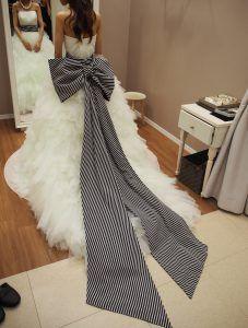 BEAMSウェディングドレスのストライプ柄リボントレーン - バルーンベールなど♡ウェディング小物&ドレスの購入ショップと費用