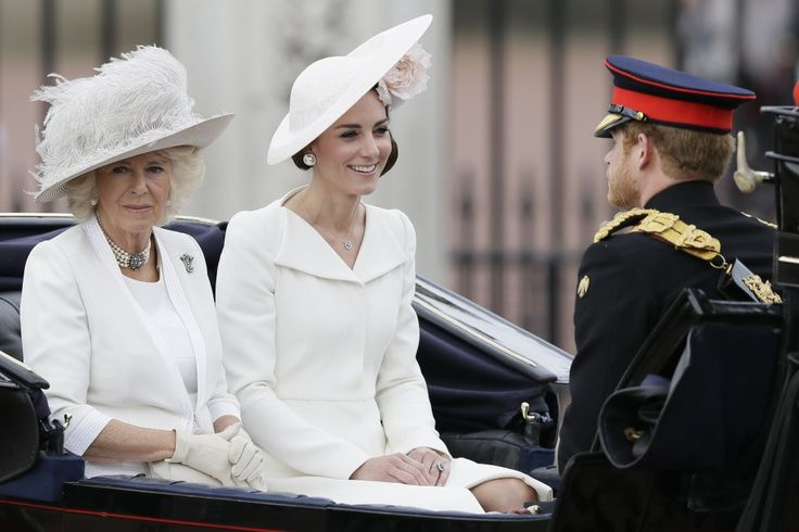 """Una rosa tra i capelli e un abito candido, così la duchessa Kate è arrivata a Buckingham Palace per la """"Trooping the Color"""","""