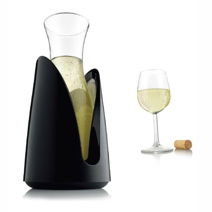 Karafka chłodząca Vacu-Vin Rapid Ice czarna. Posiada specjalny wkład, który po wcześniejszym chłodzeniu, szybko obniży temperaturę napoju i utrzyma ją przez dłuższy czas.