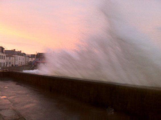 photo_mumu.jpg - Ile de Sein : coucher de soleil et marée montante sur le quai des Paimpolais