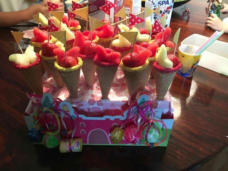 Gisteren heeft mijn dochtertje van 6 dit getrakteerd op school voor de kindjes ijshoorntjes met fruit (druiven, aardbei en een meloen)