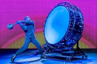 The Blue Man Group sho at Universal Orlando delivers an unforgettable multi-sensory experience.