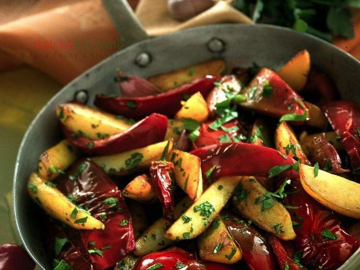 Italská kuchyně pro Čechy a Slováky - Brambory spaprikou, aromatizované olivovým olejem a česnekem, jsou barevná a chutná příloha skvěle se hod�