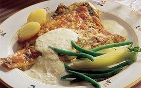 Ovnstegte rødspætter med flødeostesauce Hvis ikke du har prøvet sauce med flødeost, kan denne ret anbefales til dig. Den lækre cremede flødeostsauce passer utrolig godt med et stykke hvid fisk.
