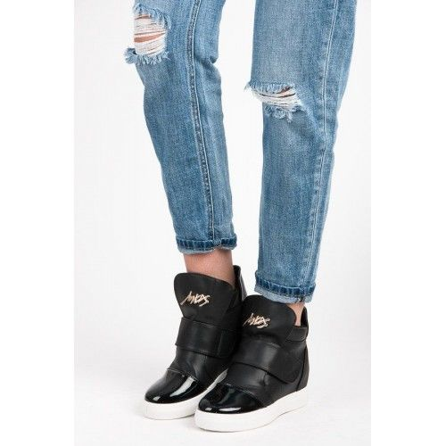 Dámské boty na klínku Bella Star Heren černé – černá Stylové boty pro dokonalý outfit. Černé boty se skrytým klínkem jsou v této době velmi oblíbené. Na svršku se nachází zlatý nápis. Boty se zapínají …