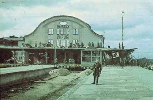 #Finnish soldiers by the ruins of #Viipuri's railway station. September 1941.