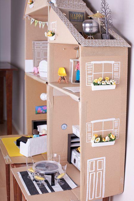 Интересная идея поделок для кукол своими руками из подручных материалов, из обычного бытового мусора сделан кукольный домик и вся мебель в нем. Вдохновляйтесь и играйте вместе с детьми.