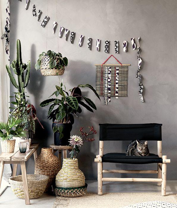 Maak je interieur zomerklaar met natuurlijke materialen zoals rotan | IKEA IKEAnl IKEAnederland interieur wooninterieur inspiratie wooninspiratie duurzaam trend hip trendy zomer bamboe JASSA fauteuil siervaas vaas decoratie accessoires plant planten groen cactus bank SKOGSTA bank