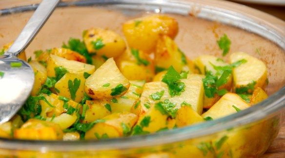 Skønne og lækre stegte kartofler med Læsø sydesalt og æbleeddike. Kartoflerne steges i ovnen i cirka 35 minutter, hvorefter de vendes med friskhakket persille. Foto: Guffeliguf.dk.