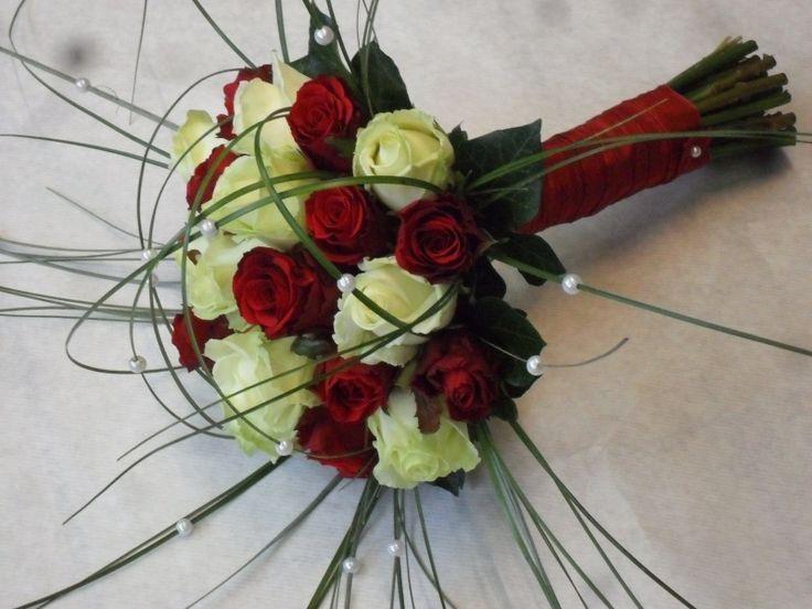 Biedermeier bruidsboeket wit en rode rozen