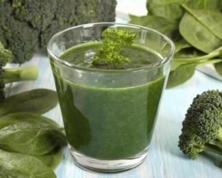 Smoothie détox au brocoli : http://www.fourchette-et-bikini.fr/recettes/recettes-minceur/smoothie-detox-au-brocoli.html