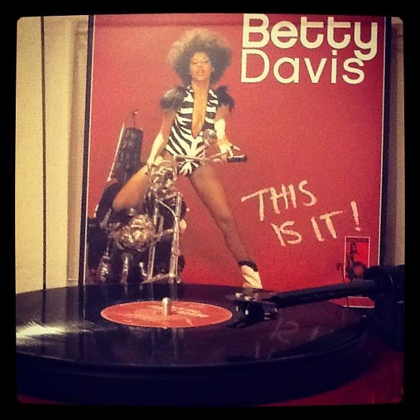 Betty Davis - This Is It - 2 LP (1977) Milagrosa edición compilaroria del sello Vampisoul, de una de las voces más injustamente olvidadas del funk y el soul setentero. De muestra un botón http://youtu.be/fxKBnR_8LIM