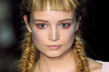 """La tresse en épi ou """"arête de poisson"""" n'est pas une coiffure réservée qu'aux mains expertes des coiffeurs. Apprenez la bonne technique pour la faire en un clin d'oeil."""