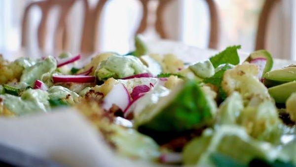 Paahdettu kukkakaalisalaatti avocadon kanssa
