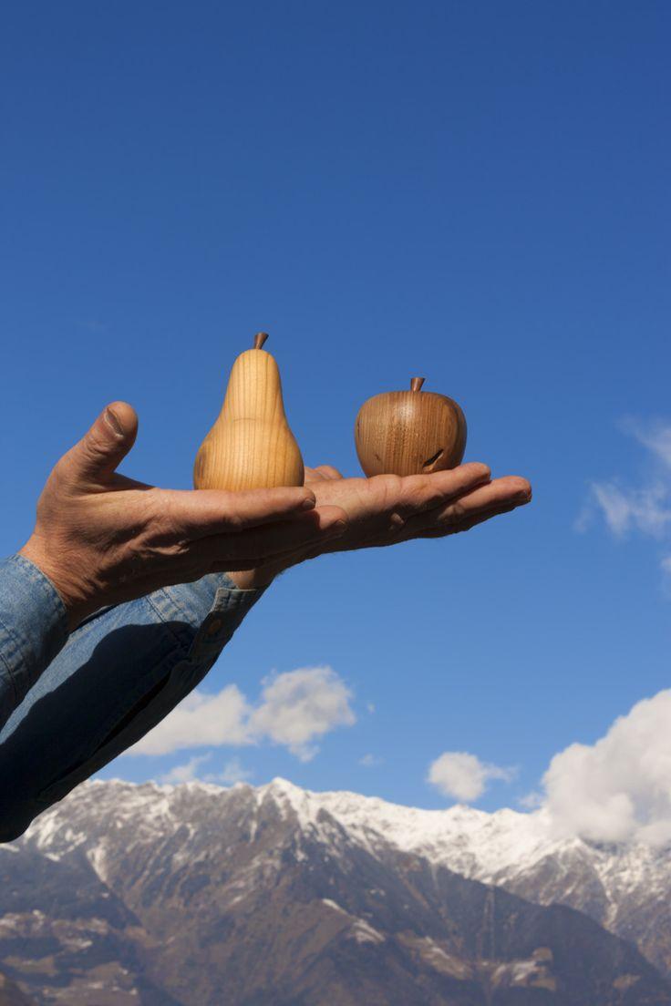 """Es ist das Unebene, das Ungleiche, das mich fasziniert"""", erklärt Karl Heinz Windegger. Die interessanten Maserungen der Laubhölzer, die knotige Veredelungsstelle beim Apfelholz, ein knorriger alter Holzblock: Holz, so wie es die Natur prägt, ist das, was der 50-jährige Landwirt für seine Drechselarbeiten bevorzugt verwendet. Roter Hahn - Südtirol"""