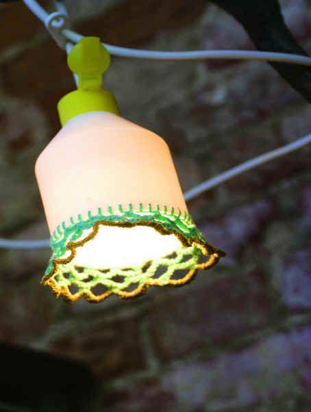 Lamp van oude plastic flacon met haakwerk www.conzi.nl