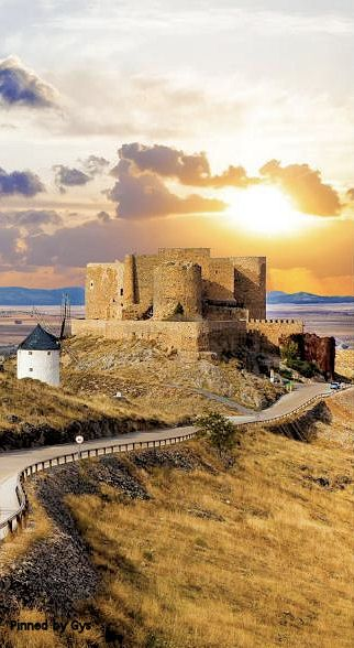CASTLES OF SPAIN - Castillo de la Muela, Consuegra, Toledo.It is possible that the first reconstruction of the castle was carried out by Almanzor in the tenth century, when the Muslim rule from nearby regions. In 1097, Al-Mu'tamid gave the castle to Alfonso VI, thanks to a marriage covenant, since the king would marry the princess Zaida Seville, bringing Consuegra Castle. In August of the same year, 1097, Alfonso VI lost the castle in the Battle of Consuegra, Toledo, Spain