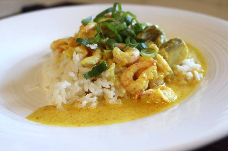 Hej. Här kommer ett superlätt och väldigt gott recept på en currygryta med torsk och räkor. Ingredienser: Ris för 4 personer 1 st gul lök 1 st vitlöksklyfta 1 tsk gul curry 1/2...