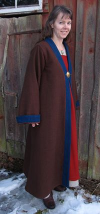Full length gown with wide sleeves. Blue ullkanter