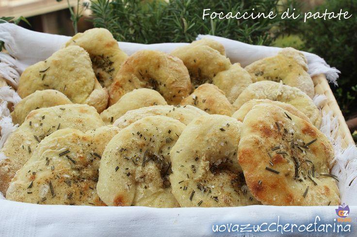 Le focaccine di patate sono ottime sia calde che fredde e possono essere servite da sole o in accompagnamento ad un vassoio di salumi misti.