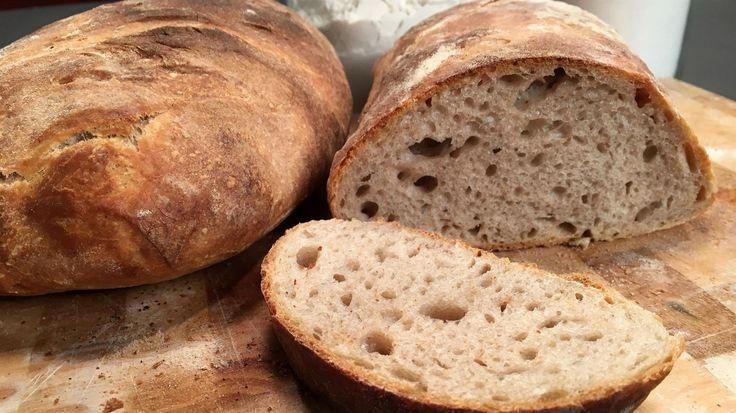 Hjemmebagt hvedebrød på surdej. Med sprød og lækker skorpe og din helt egen surdej. Opskrift af Adam Aamann. Sprødt og saftigt brød.