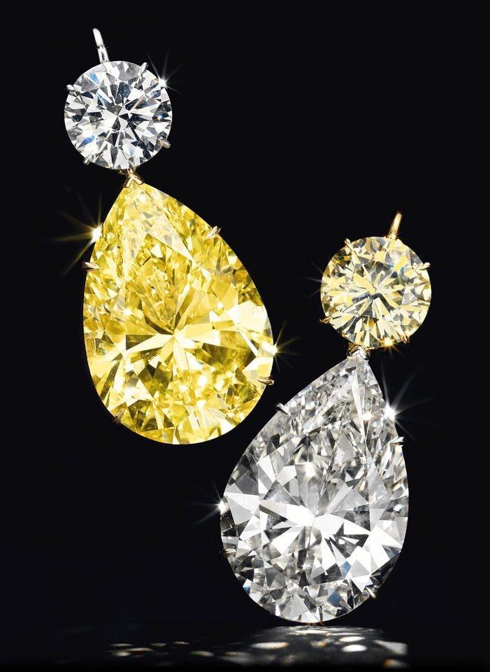 Великолепная пара бриллиантовых серег с подвесками грушевидной формы, весом 52,78 (желтый бриллиант) и 50,31 (бесцветный бриллиант) карат, желтое и белое золото. Подвески можно менять местами или вообще снимать, - это дает владелице 3 варианта, как носить серьги. Круглые бриллианты - 6,93 карата (бесцветный) и 7,02 карата (желтый). Проданы за $4,675,000 на Christie's месяц назад, 16 октября 2012 г