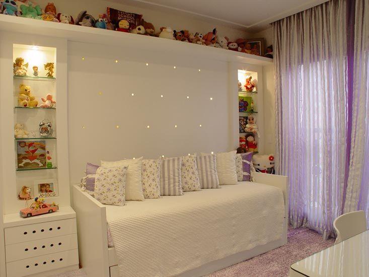 O dormitório acima, do Escritório Rocha Andrade Arquitetura, conta com uma cama embutida, escrivaninha, cadeira e criado mudo. O diferencial do projeto está na parede, que comporta uma estante em alvenaria e nichos embutidos para guardar os brinquedos. Decoração estilosa e que agrada qualquer garota.