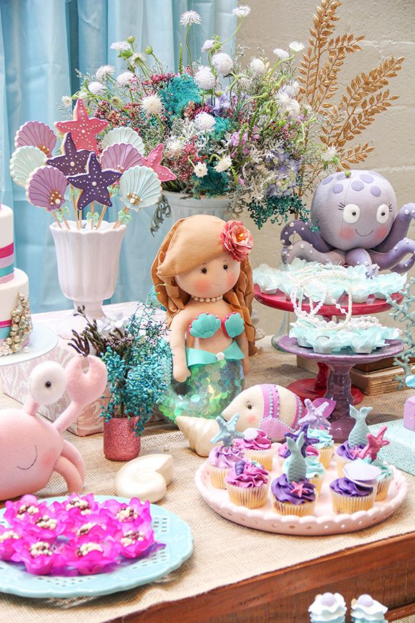 Com doces da Sweet Carolina, Fabiana Moura criou uma linda decoração de sereia para o aniversário da Stella. Vem ver as fotos!