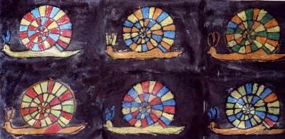Colorier un escargot aux pastels gras (algorythme de 3 couleurs). Passer de l'encre noire sur toute la surface avec un coton.