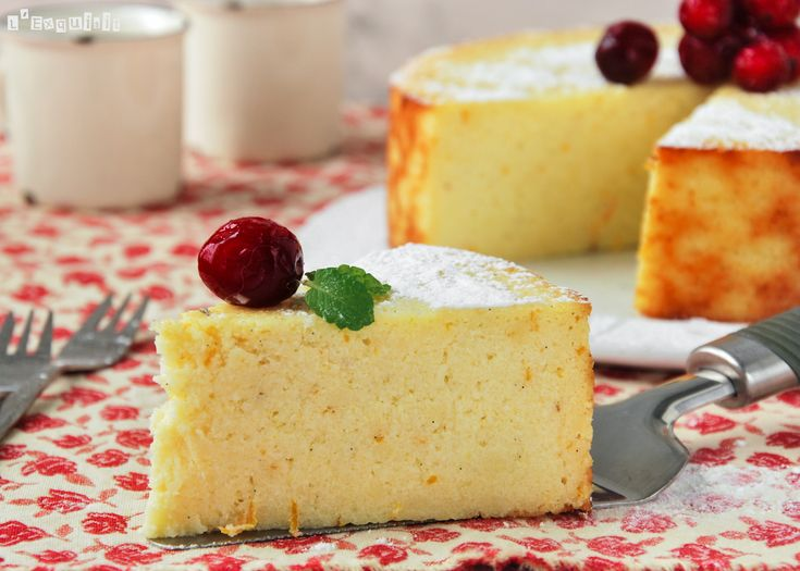 Una tarta de queso diferente, preparada con ricotta, que le da una jugosidad muy buena. Ingredientes (18 cm.): 500 ml. leche La piel de 1/2 naranja y 1/2 limón 125 grs. sémola de trigo 70 grs. mantequilla 250 grs. ricotta, … Sigue leyendo →