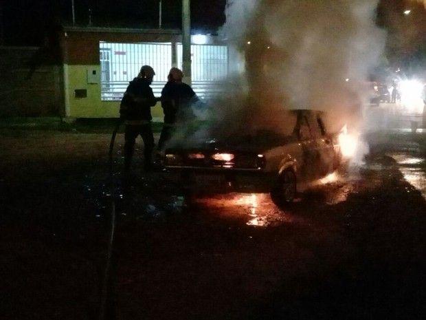 Incêndio criminoso destrói carro no Bairro Santa Lúcia, em Montes Claros