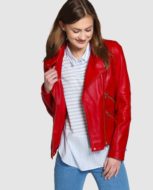 Cazadora perfecto, realizada en piel en color rojo. Con detalle de costuras formando dibujo de rombos en los hombros y el brazo.