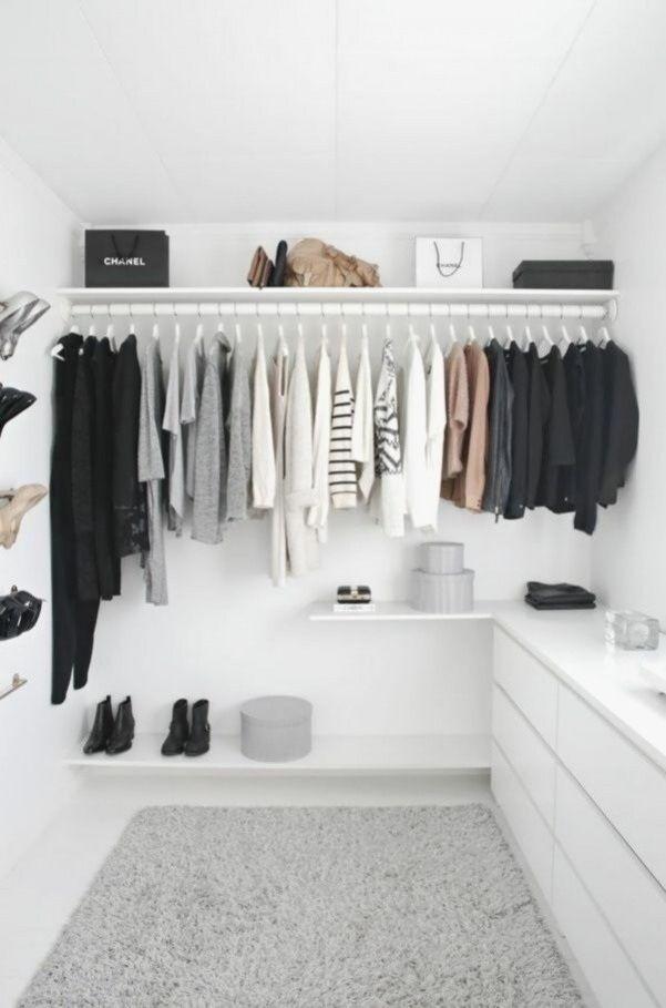 Kleiderschrank Offen Begehbar Selber Bauen Weiss Schwarz Stil In 2020 Begehbarer Kleiderschrank Ikea Kleiderschrank Ankleidezimmer Design