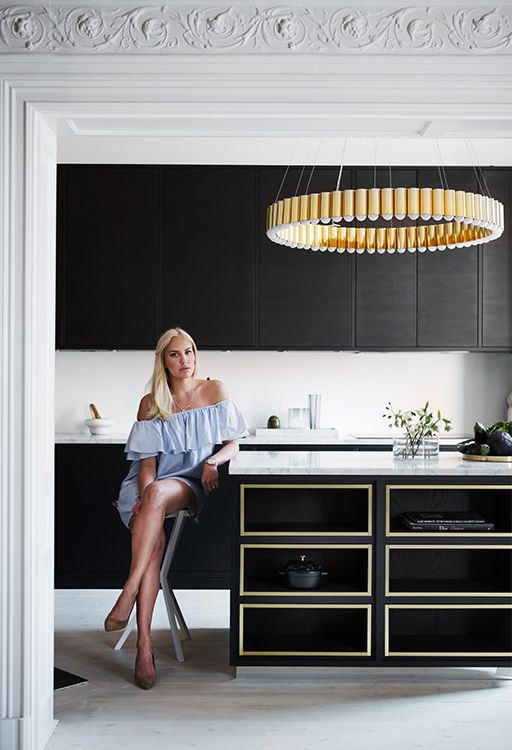 | Köksinspiration | Petra Tungården visar upp sitt nya kök med köksö från Ballingslöv! Kökslucka i Bistro Ask Brunbets och köksö designad av Mija Kinning. Hon visar även upp sin Lee Broom lampa