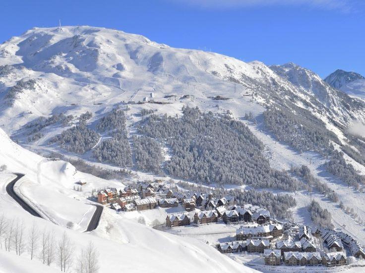 Bár a tengerpart az, ami igazán népszerű, a téli sportok szerelmesei is találnak egészen kiváló síterepeket a Pireneusokban. Nincs közel, de annyira távol sem.