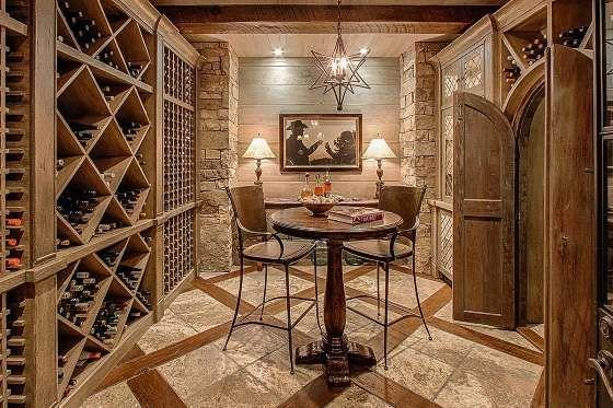 Les portes de bois de cette cave à vin annoncent clairement le ton de la pièce, ce qui est francheme... - homeadverts.com
