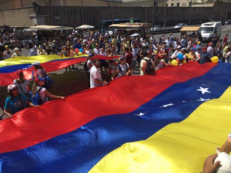 Venezolanos desplegaron mega bandera en Roma en apoyo al plebiscito - http://www.notiexpresscolor.com/2017/07/16/venezolanos-desplegaron-mega-bandera-en-roma-en-apoyo-al-plebiscito/