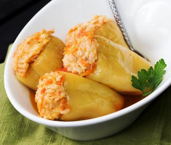 Универсальное летнее блюдо - перец фаршированный рисом и куриным фаршем, приготовленный в мультиварке со специями и черным перцем
