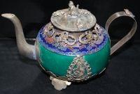 Чайник Изумрудный дракон Фарфоровая основа и латунная инкрустация в виде драконов, обезьяны и лягушек (на крышке).