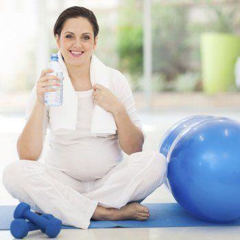 En la semana 35 de embarazo, estás ya en la recta final de la gestación. Conviene, si llevas un embarazo normal, hacer ejercicio moderado o caminar a diario. Recuerda que cuando se hace ejercicio hay un mayor riesgo de deshidratación.