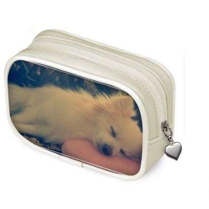 Un portamonete personalizzato con la foto di un cagnolino mentre schiaccia un pisolino