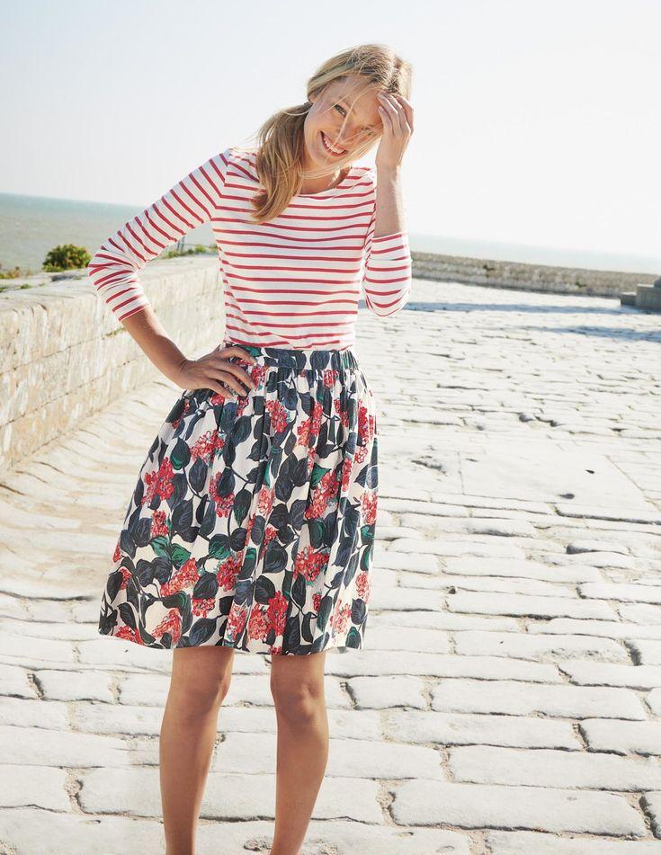 mixing floral + una combinación mas de estampados para el verano con blusa de rayas rojas y falda de flores