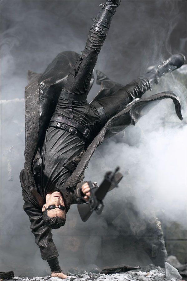 The Matrix surge com o sobretudo de pele muito utilizado pela subcultura dos Darks completamente renovado tornando-se assim um objeto de desejo pelos teenagers, não como um símbolo da subcultura Dark mas sim como um objeto que pouco tem de subcultural, assim como os óculos de sol usados pelo elenco de um filme que tem como protagonista Keannu Reaves.