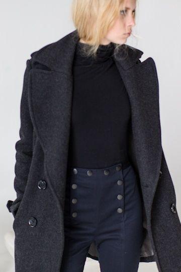 glossario-fashion-calca-marinheiro  Calça com abotoamento no cós semelhante aos uniformes de marinheiro, que foi adaptada por Coco Chanel, quando copiou o mesmo modelo na calça palazzo, na década de 30.