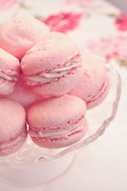 Rosewater & Raspberry Macaroons => Click on image to discover recipe (English) | #BornToBeSocial