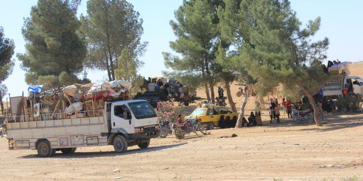 """[SIRIA] """"Los padres tienen que tomar una decisión imposible: O se quedan en Raqqa, sometiendo a sus hijos a una mayor violencia y a los ataques aéreos, o tratan de atravesar con ellos las primeras líneas de combate, siendo conscientes de que tendrán que cruzar los campos de minas y pueden verse atrapados en el fuego cruzado,"""" afirma Puk Leenders, de MSF."""