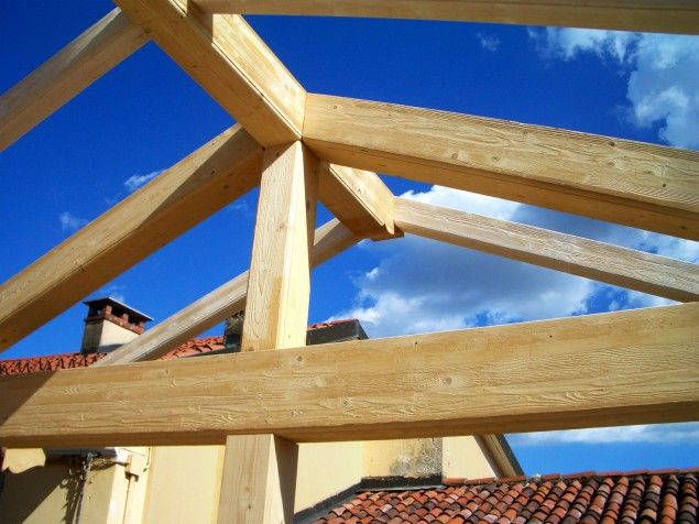 Tetto in legno with tetti in legno moderni for Casa legno antisismica costo
