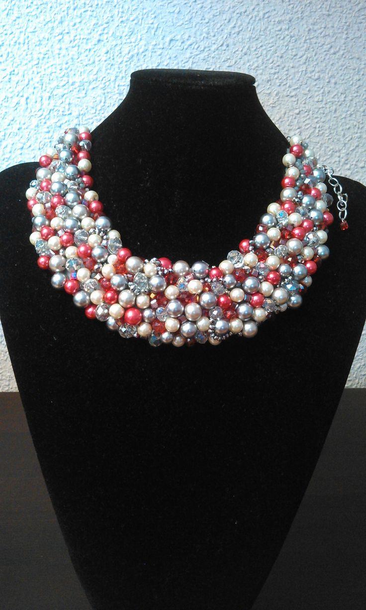 collar babero, con perlas grises,blancas y rojas, y cristales transparentes  y rojos