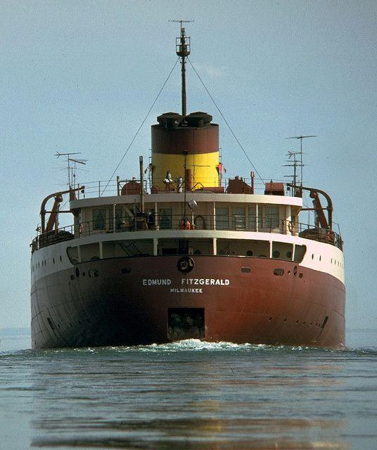 """Buque: """"SS Edmund Fitzgerald"""". Fué un barcoestadounidenseque se hundió el 10 de noviembre de 1975 en ellago Superior. El buque tenía tenía un DWT de 24.131 Tm. La bodega de carga tenía un total de 20 escotillas, cada una de 3,53 m × 16,5 m y un casco de acero 8 mm de espesor. Disponía de 2 motores a vapor y una eslora de 222 m. y llevaba una carga de 26.000 Tm. de mineral. Fue el barco más grande de Los Grandes Lagos. Murieron 29 tripulantes."""